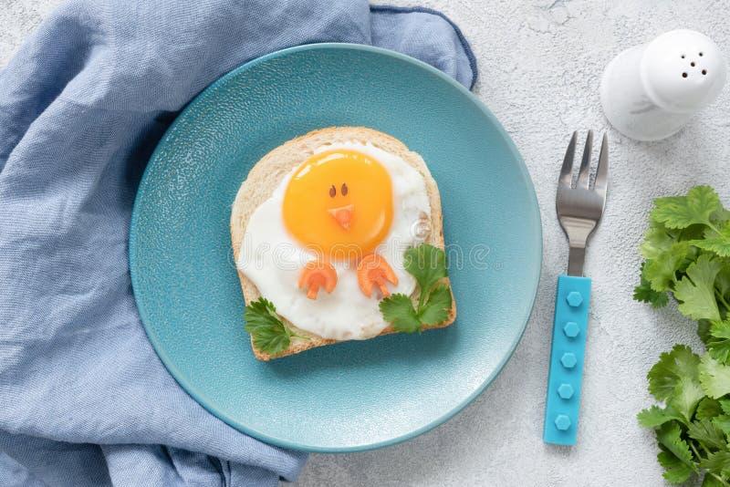 孩子的创造性的食物艺术早餐想法 孩子的鸡形状的多士 免版税库存图片