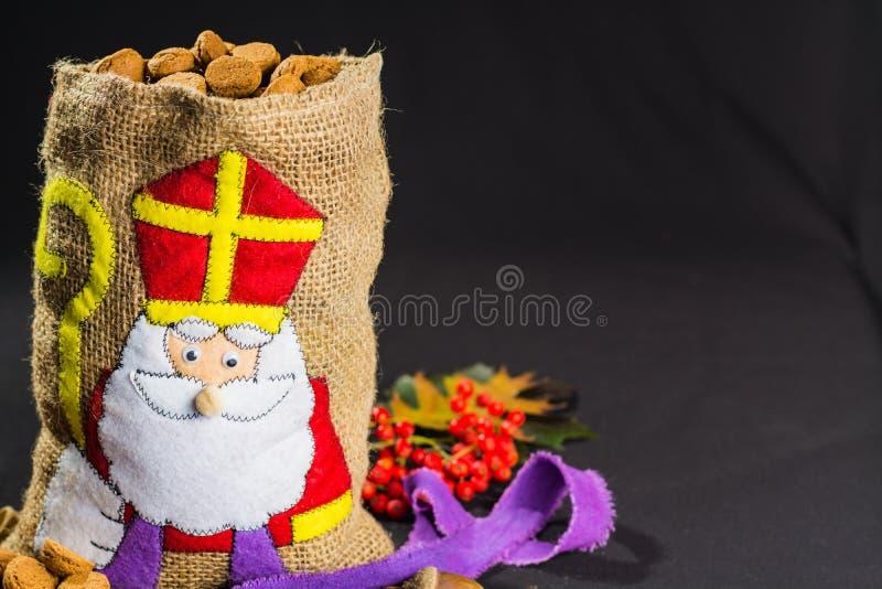 孩子的圣尼古拉斯的袋子用传统荷兰人sp填装了 库存照片