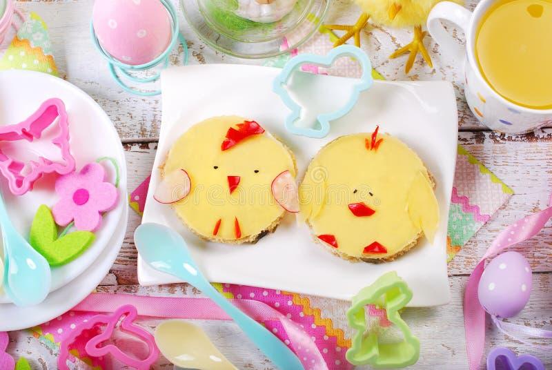 孩子的复活节早餐用滑稽的三明治 免版税库存图片