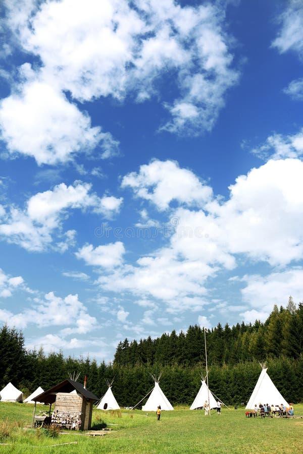 孩子的夏令营与剧烈的天空 库存照片