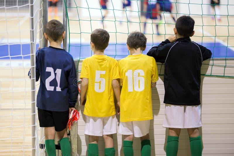 孩子的室内橄榄球足球比赛 青年足球队员衣服 图库摄影