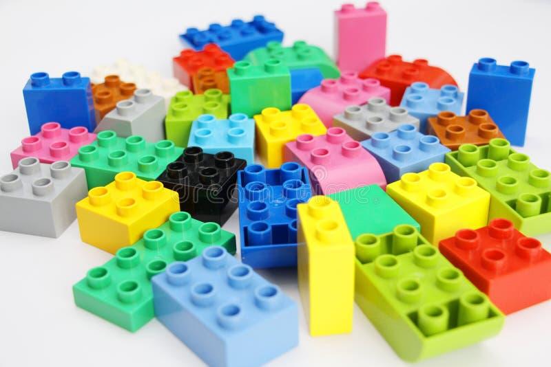 孩子的建筑设计师 积木 教的孩子 免版税库存照片