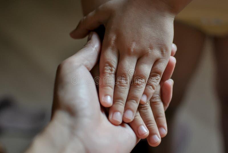 孩子的手在母亲` s手上 母亲` s日概念 免版税库存图片