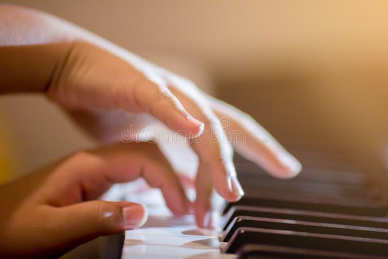 孩子的手指和的钢琴选择聚焦关键弹钢琴.图片