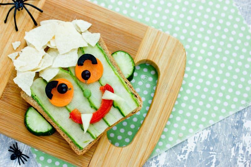 孩子的滑稽的三明治,吸血鬼面孔菜三明治 免版税库存照片