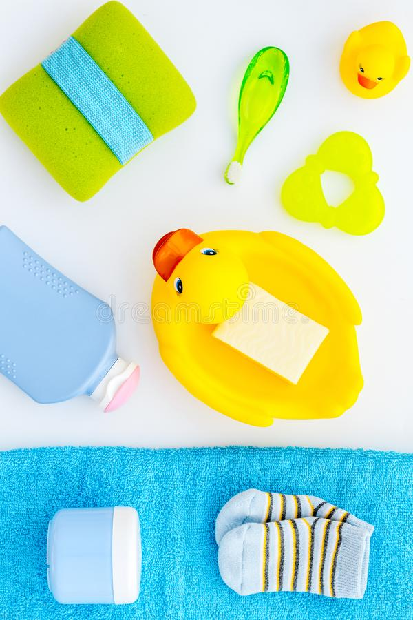 孩子的阵雨辅助部件 设置与香波、毛巾、肥皂、胶凝体、毛巾、刷子和黄色橡胶鸭子在白色 免版税库存图片