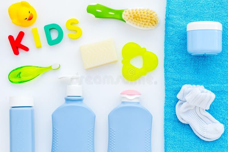 孩子的阵雨辅助部件 设置与香波、毛巾、肥皂、胶凝体、毛巾、刷子和黄色橡胶鸭子在白色 库存图片