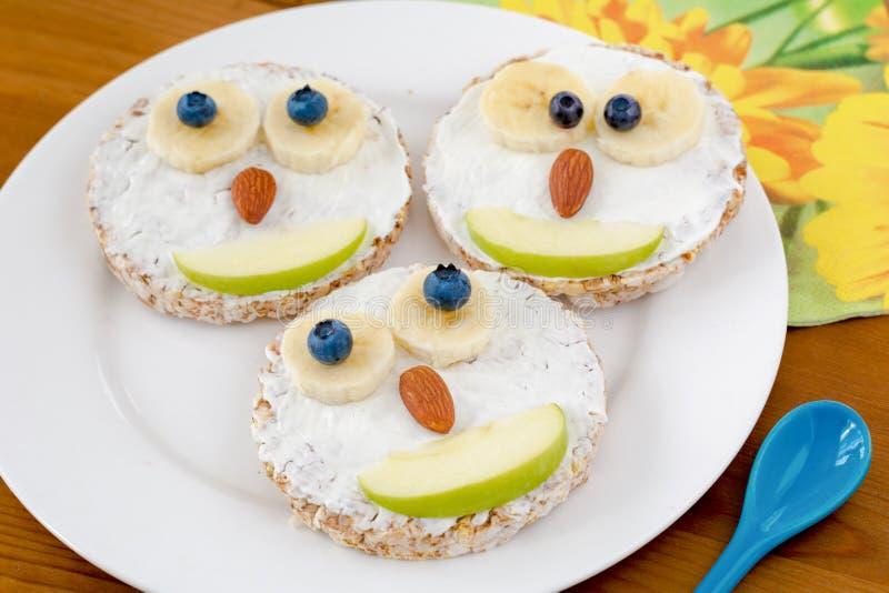 孩子的滑稽的兴高采烈的薄煎饼早餐 图库摄影