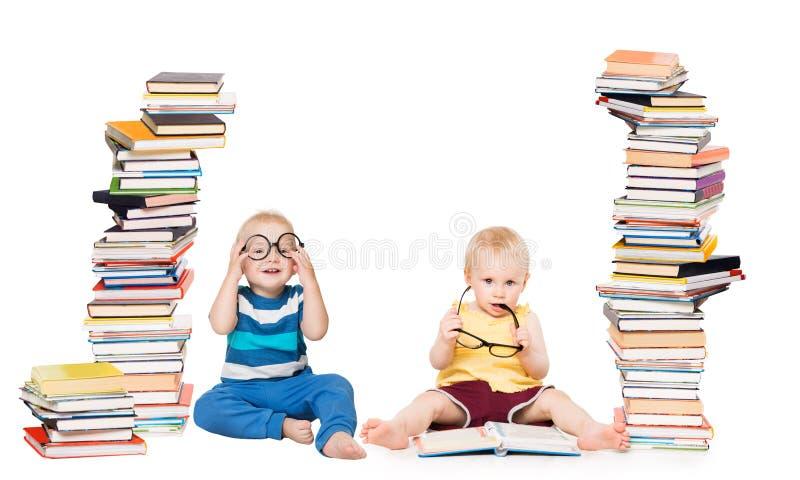孩子看书,婴孩学校概念,与书架的儿童游戏在白色 免版税库存照片