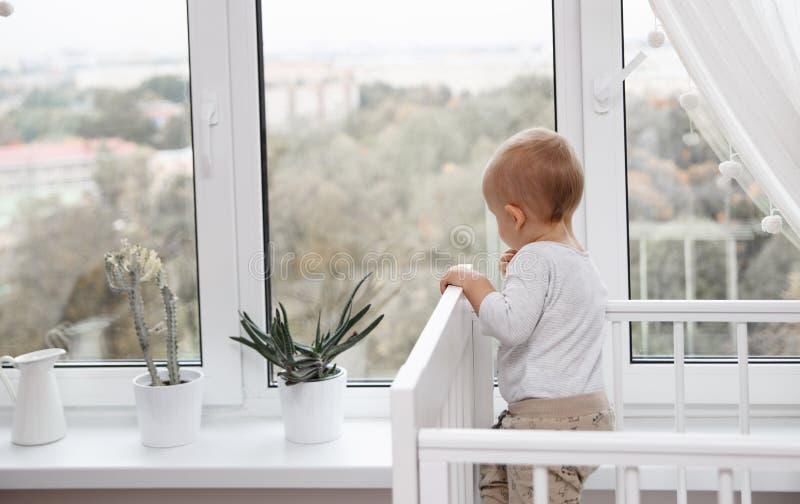 孩子看窗口 免版税图库摄影