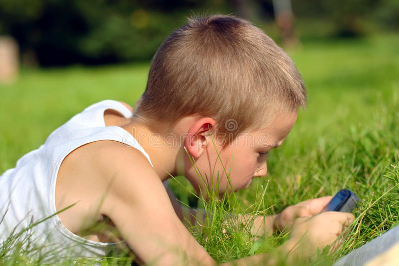 孩子移动电话 免版税库存图片