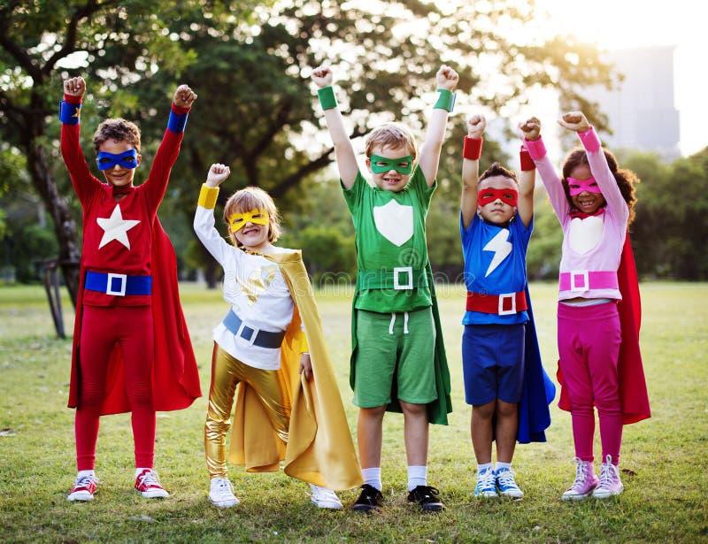 孩子穿戴户外超级英雄服装 免版税库存照片