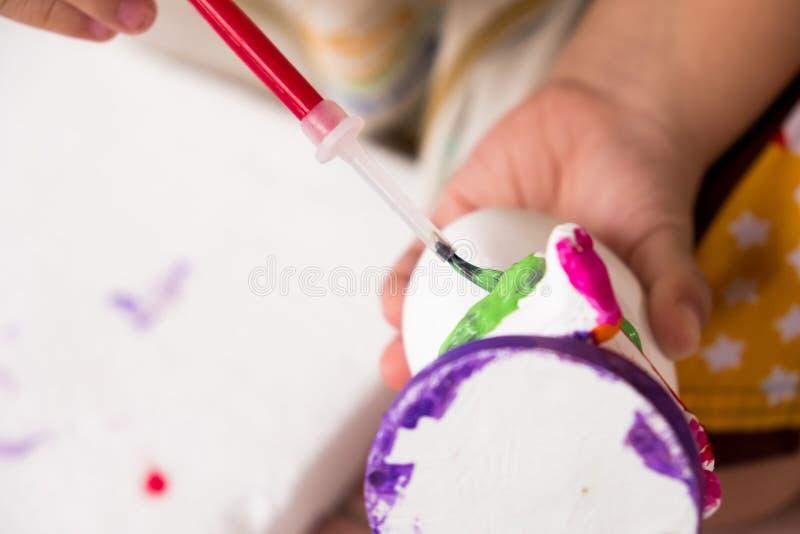 孩子绘与五颜六色的颜色的雕塑 它` s乐趣滚刀 图库摄影