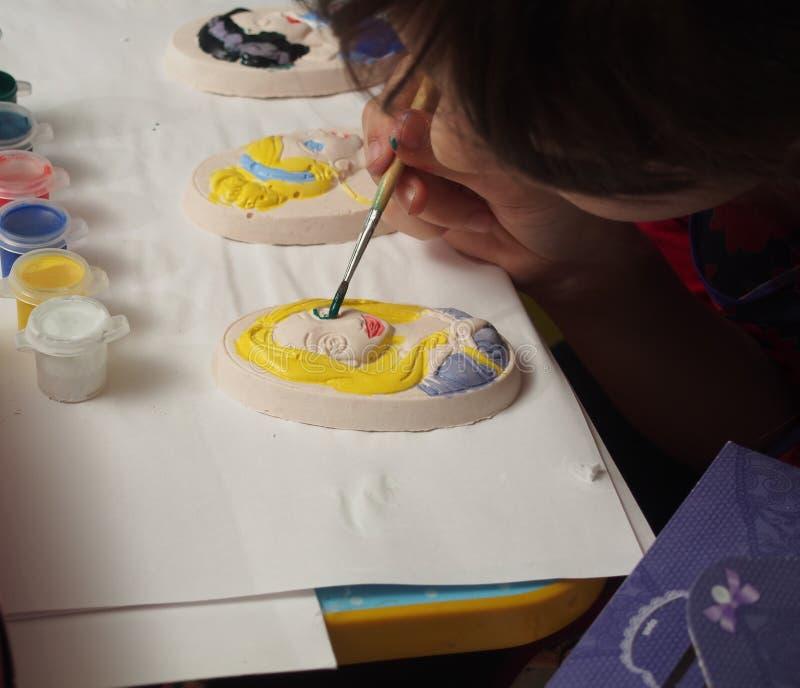 孩子绘与油漆的膏药浅浮雕 库存图片