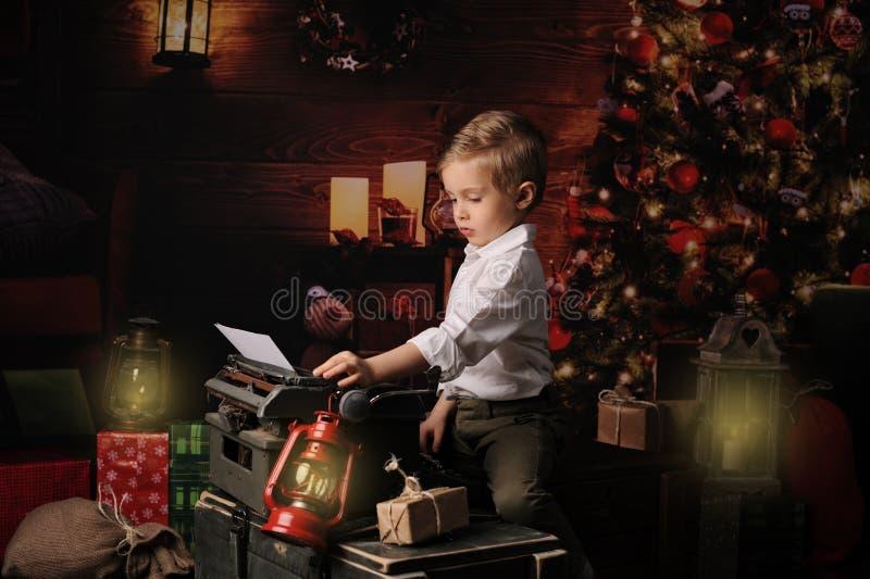 孩子给圣诞老人项目写一llist 免版税图库摄影
