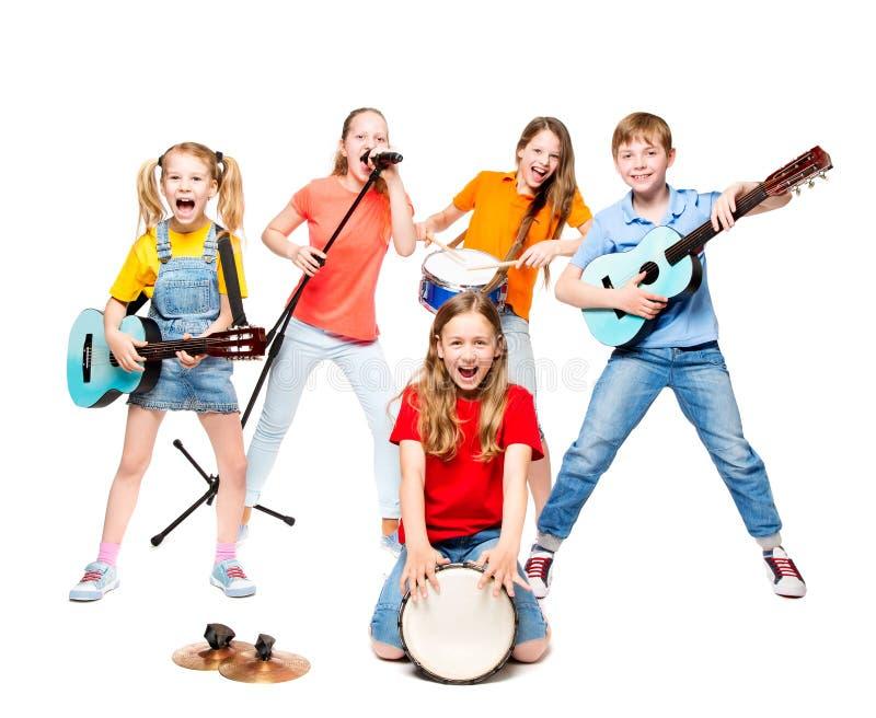 孩子编组使用在乐器,在白色的孩子音乐带 免版税库存照片