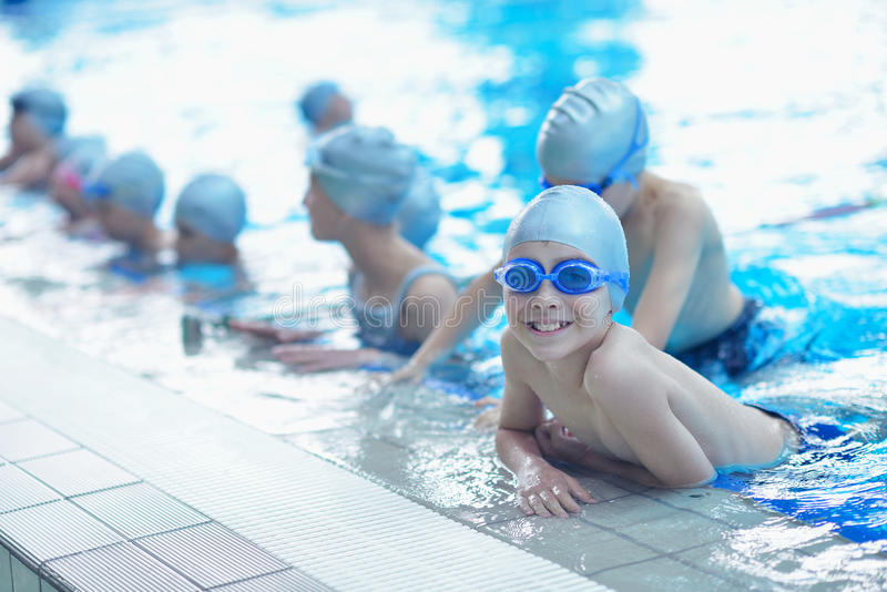 孩子编组在游泳池 免版税库存照片