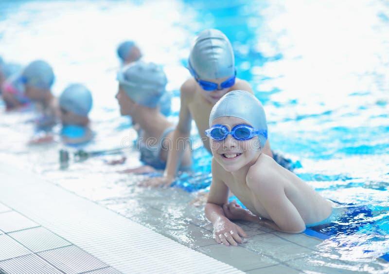 孩子编组在游泳池 免版税库存图片