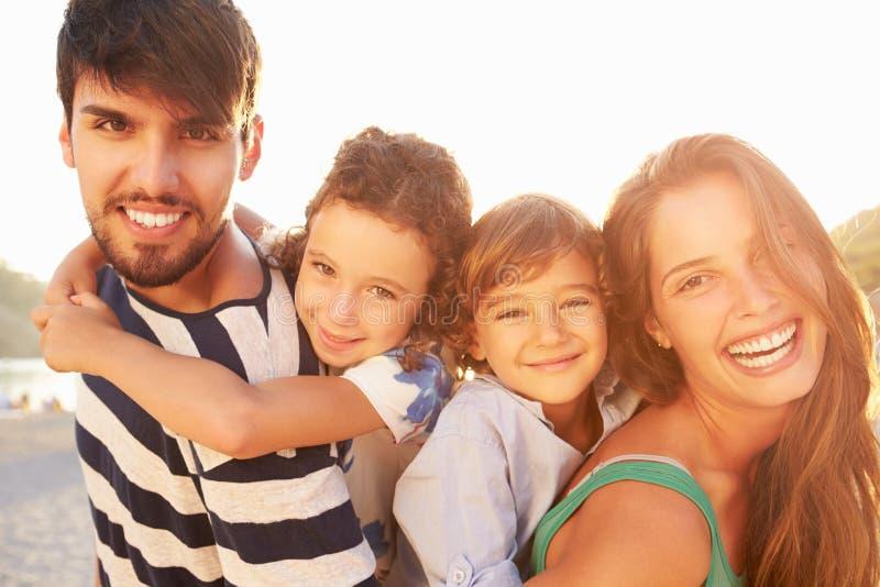 给孩子肩扛的父母暑假 库存照片