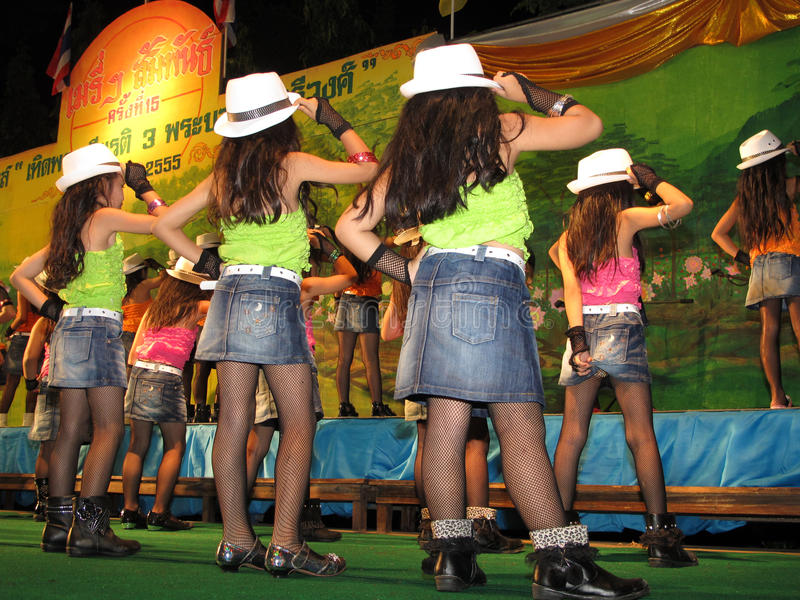 孩子舞蹈演员后侧方  免版税库存图片