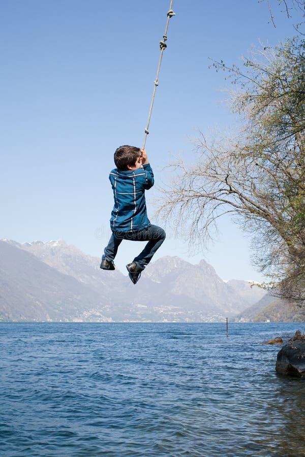 孩子获得一些乐趣在外部,自然 库存图片