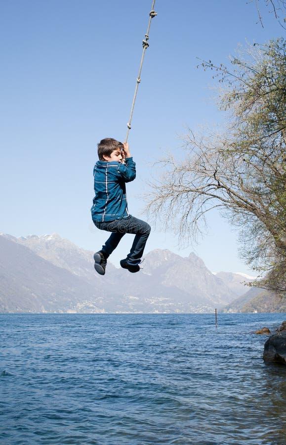 孩子获得一些乐趣在外部,自然 库存照片