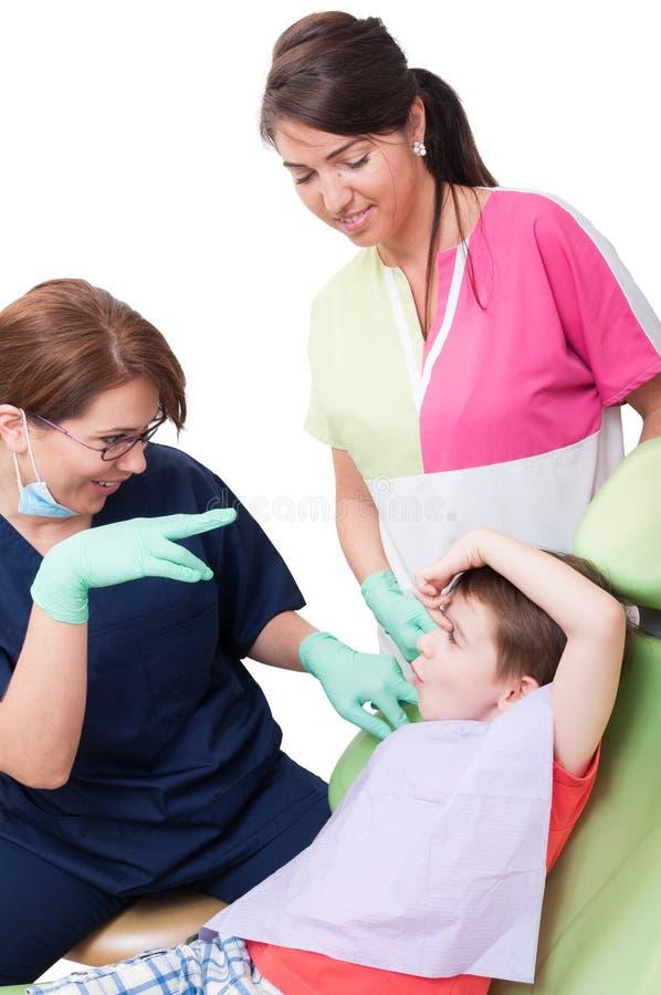 孩子获得与牙齿队的乐趣在牙医办公室 免版税库存照片