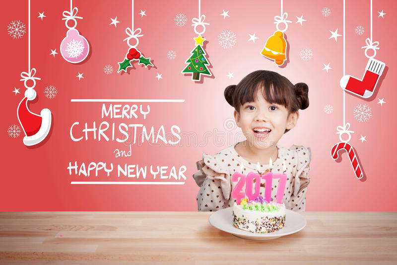 孩子获得乐趣在与蛋糕的新年党和蜡烛2017年 库存照片