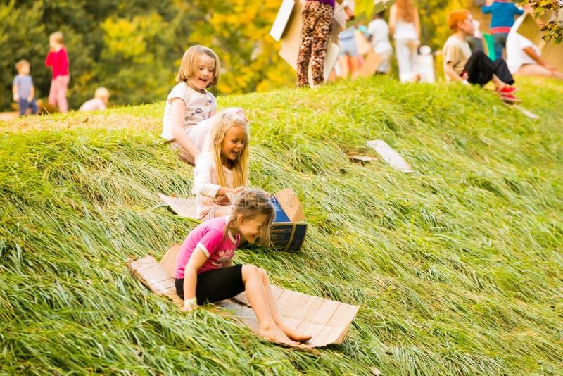 孩子获得乐趣在公园 图库摄影