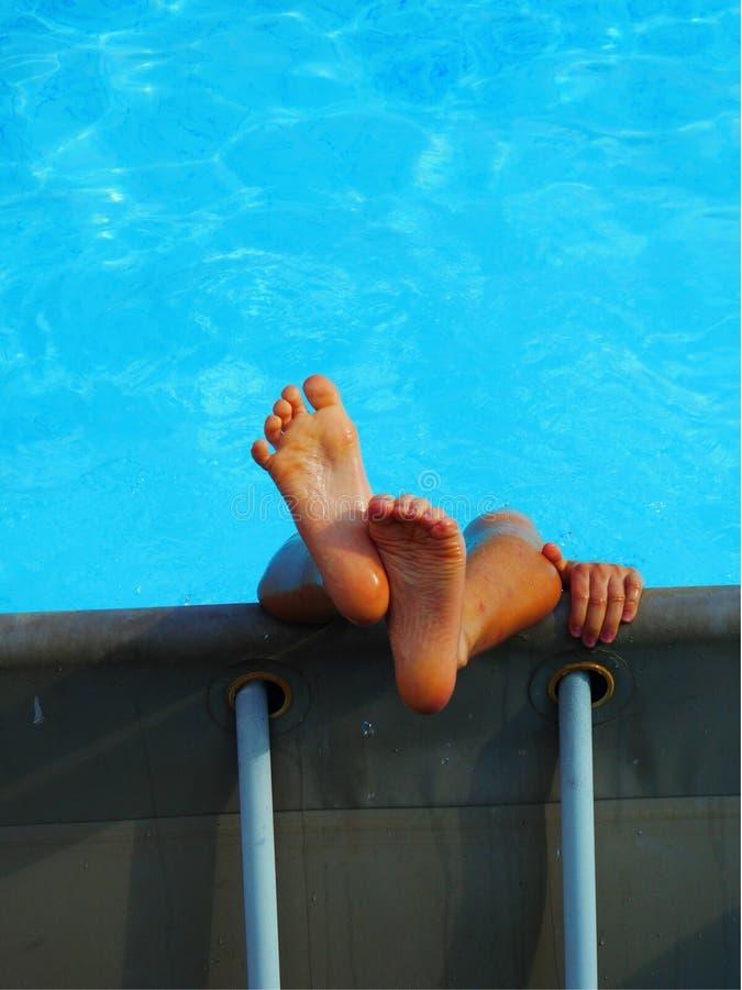 孩子获得乐趣在水池 免版税库存照片