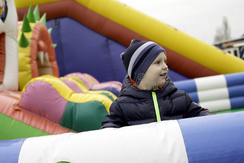孩子获得乐趣在游乐园 免版税图库摄影