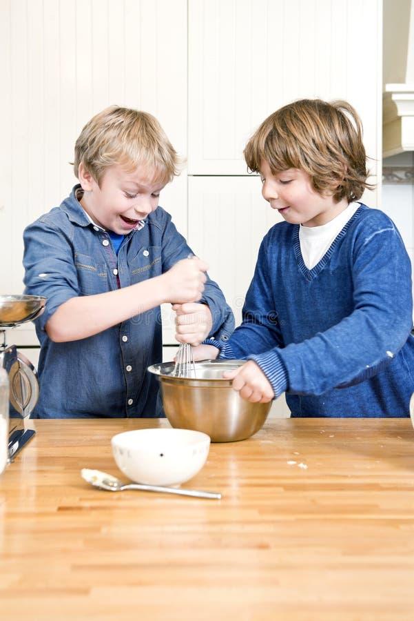 孩子获得乐趣在烘烤车间期间 免版税库存照片