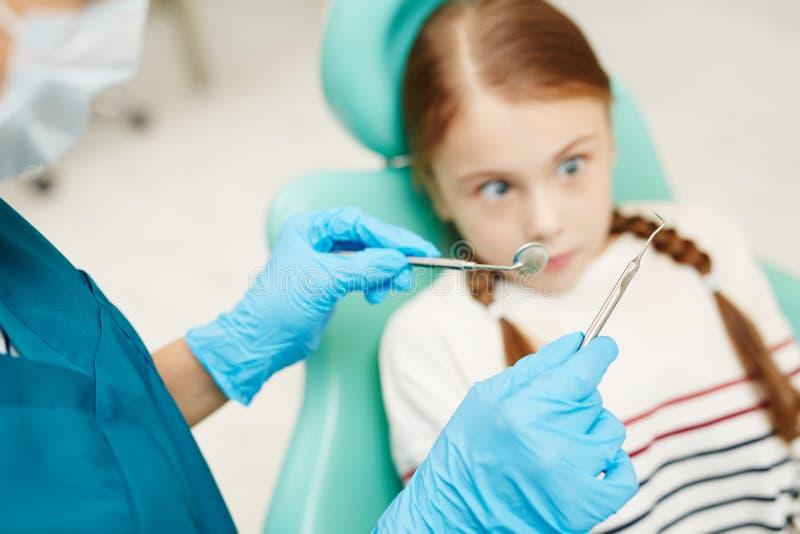 孩子被惊吓牙齿 库存图片