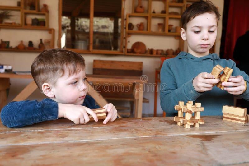 孩子解决木难题 免版税库存图片