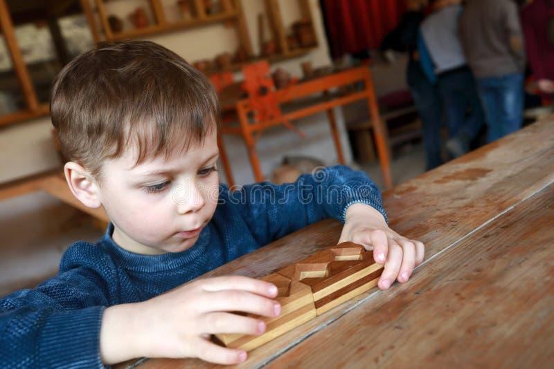 孩子解决木难题 免版税库存照片
