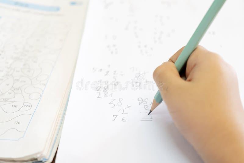 孩子认为解决数学问题 免版税库存照片
