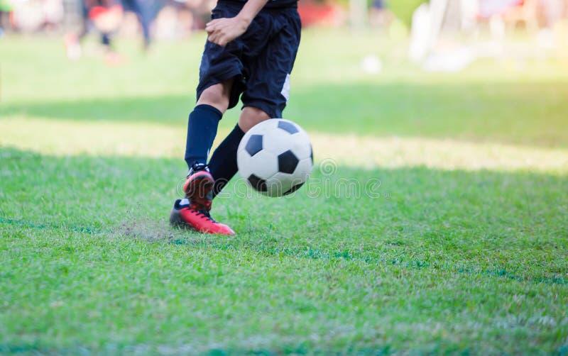 孩子足球运动员做惩罚枪战 免版税库存图片