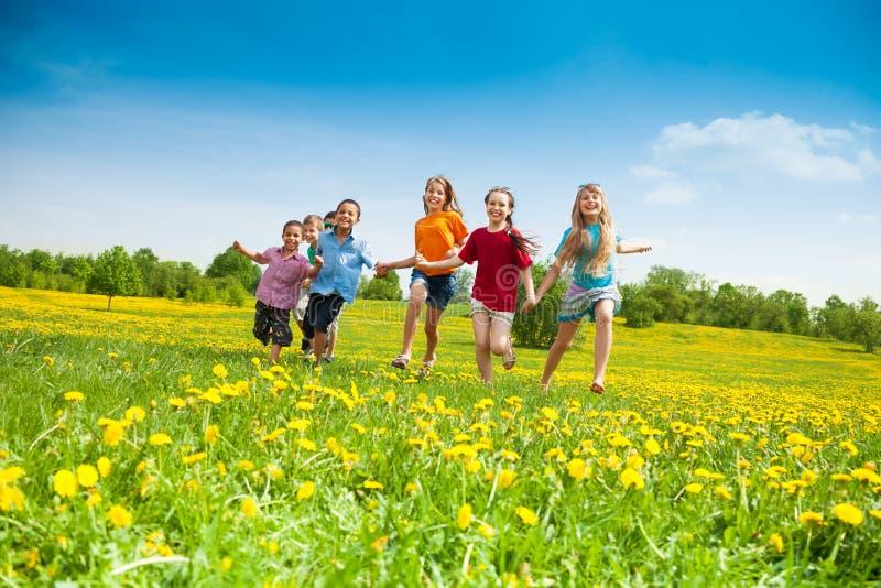 孩子跑 免版税库存图片