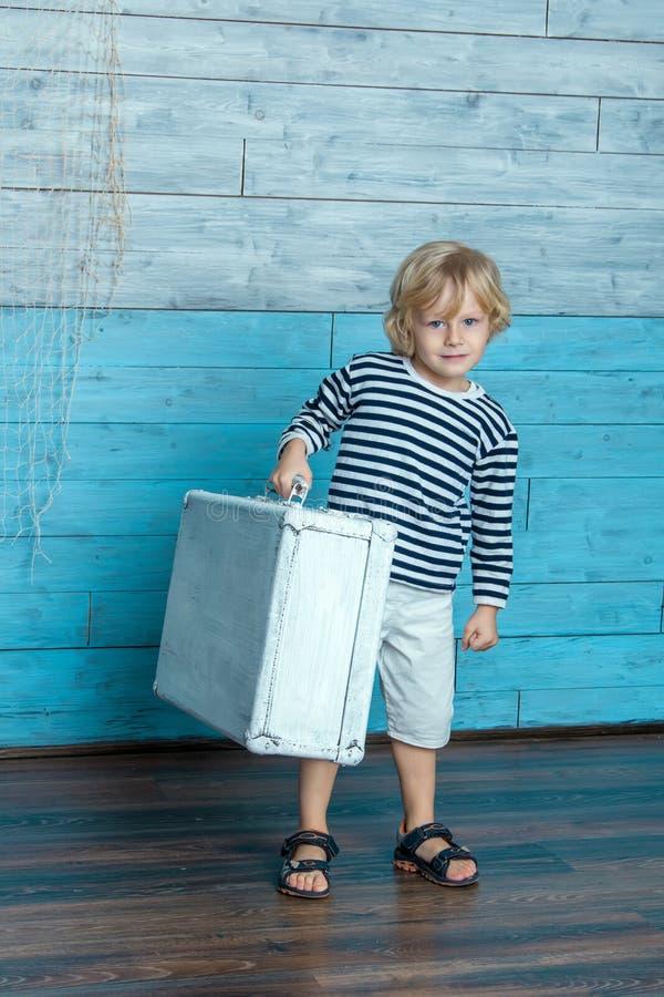 孩子运载一个手提箱 库存图片