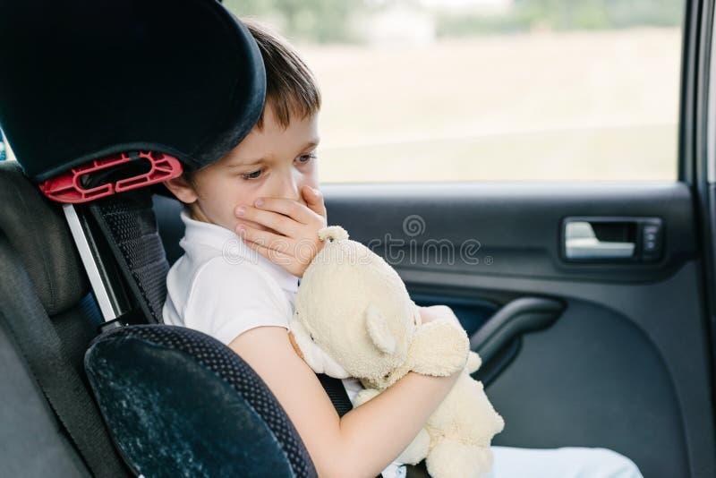 孩子遭受在汽车的晕动病 免版税库存图片