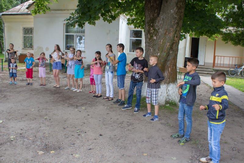 孩子野营比赛,6 07 2018? 在夏天休假期间,乌克兰Mervichi,愉快的孩子在校园使用 免版税库存照片