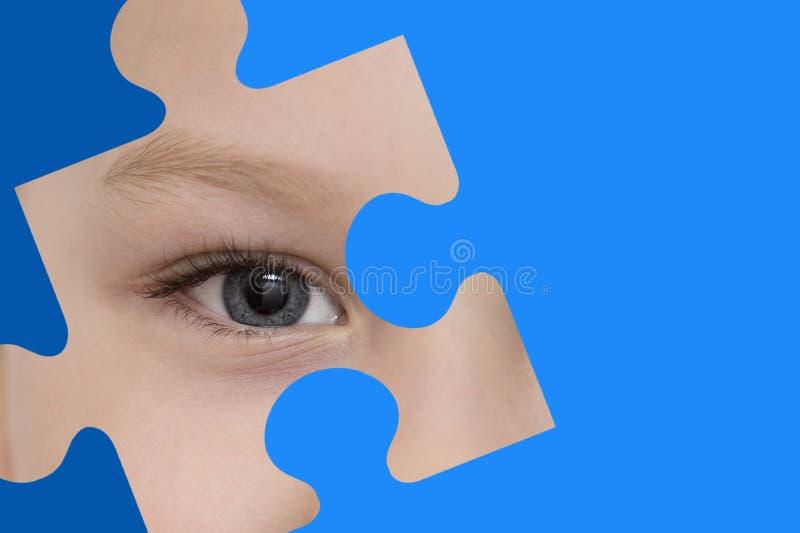 孩子间谍通过一个蓝色难题 孤独性了悟的标志 图库摄影