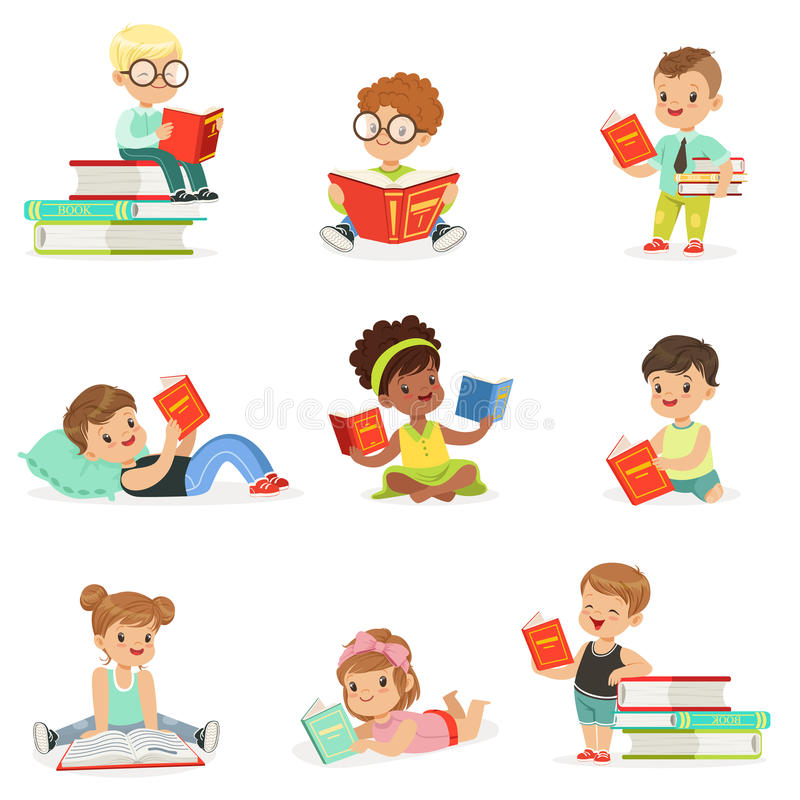 孩子阅读书和享受爱逗人喜爱的男孩和的女孩的文学汇集读坐和放置 皇族释放例证