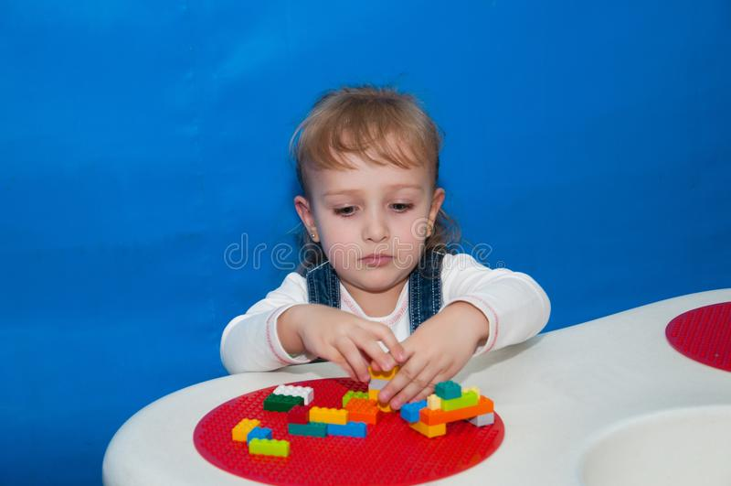 孩子集中修建从设计师的一个房子 库存图片