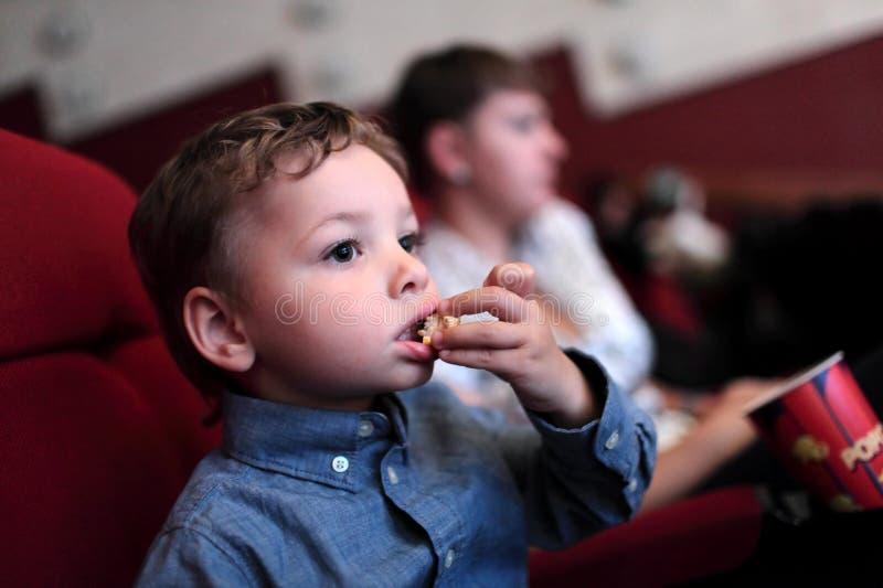 孩子食用玉米花 库存图片