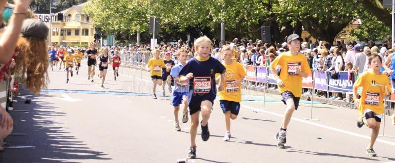 孩子马拉松长跑运行 免版税库存图片