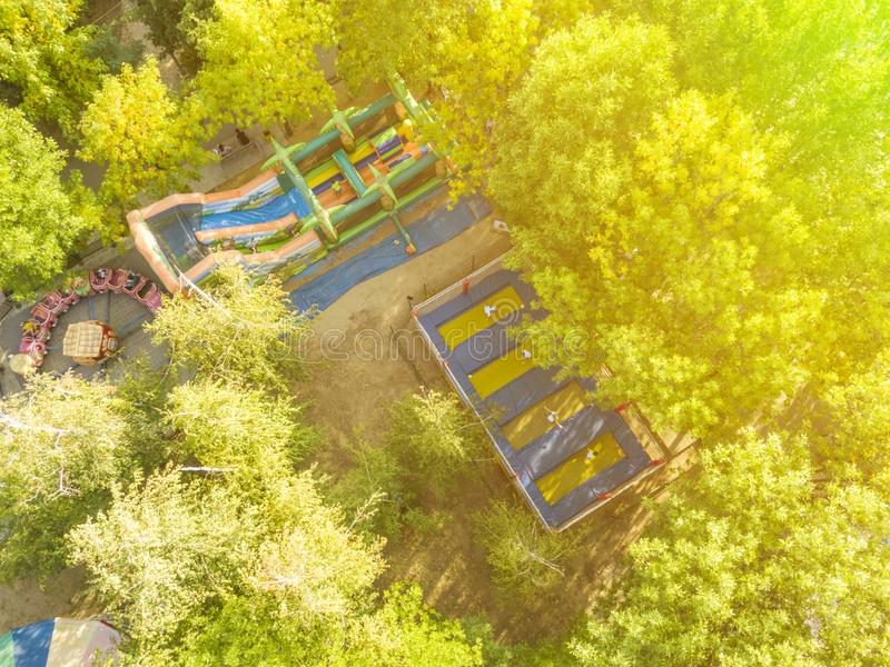 孩子鸟瞰图获得乐趣在公开城市公园f 免版税库存图片