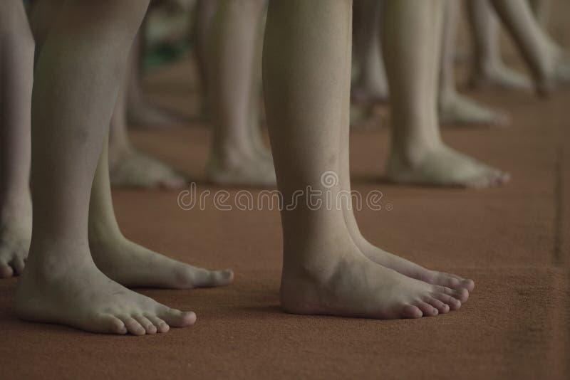 孩子,体操等待优胜者的腿 库存图片