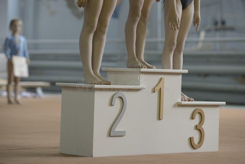 孩子,体操等待优胜者的腿 图库摄影