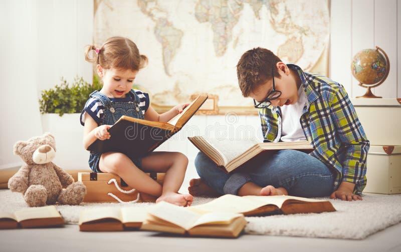 孩子读书的兄弟和姐妹、男孩和女孩 免版税库存照片
